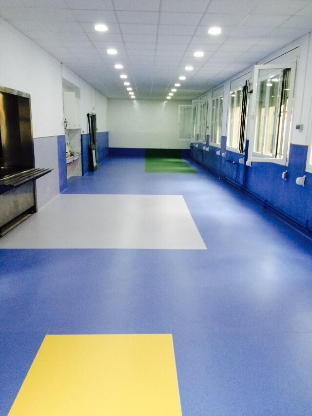 Sala colegio con pavimento vin lico pvc premium for Pavimento vinilico