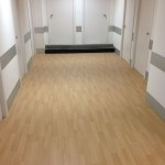 Pasillo vestuarios con pavimento vinílico (PVC) imitación madera