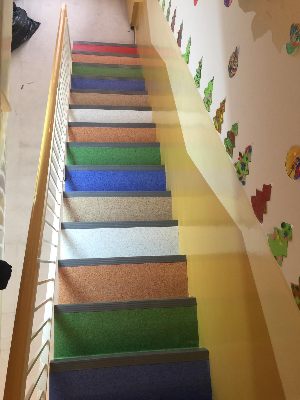 Escalera guarderia con pavimento vin lico y cantoneras pvc for Como hacer una escalera economica